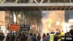 警方9-29全日在港島銅鑼灣、灣仔、金鐘多次施放催淚彈驅散示威者。(攝影: 美國之音湯惠芸)