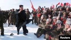 북한 김정은 국방위원회 제1위원장이 지난 18일 간부들을 대동하고 백두산에 올라 인민군 전투비행사 백두산지구 혁명전적지답사 행군대원들과 함께 해돋이를 봤다.