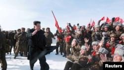 Shimoliy Koreya rahbari Kim Chen Un harbiy uchuvchilar davrasida