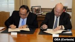 Joaquín Maza (Izq.), embajador de El Salvador y José Miguel Insulza, secretario general de la OEA, firman el acuerdo para el envío de la Misión de Observadores a las elecciones de El Salvador.
