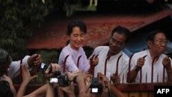 Pro-demokratska liderka Aung San Su Ći se pozdravlja sa pristalicama ispred svoje kuće iz koje je slobodno išetala prvi put posle više od decenije pritvora, 13. novembar 2010.