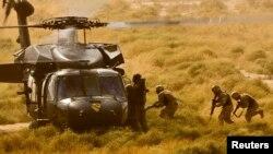 Іракські солдати повертаються на гелікоптер Black Hawk під час спільних навчань із американськими силами біля бази Таджі 17 жовтня 2009.