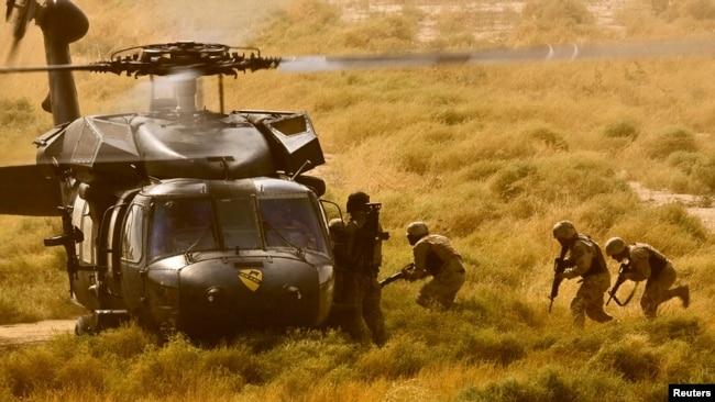 Ushtarët irakianë kthehen në bazë me helikopterin amerikan Black Hawk