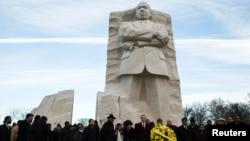 Walikota Washington DC, Vincent Gray (tengah), memberikan sambutan dalam peringatan hari Martin Luther King, Jr. di depan patung MLK di Washington, Senin (20/1).