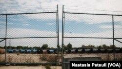 Pipa-pipa yang menggantikan pipa berlapis timbal yang mencemari air di Flint, Michigan (12/10). (VOA/ Nastasia Peteuil)