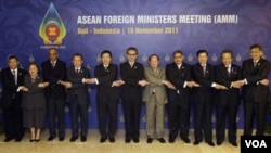 Para Menlu ASEAN dan Sekjen ASEAN berfoto bersama di sela-sela pertemuan diplomatik hari Selasa di Nusa Dua, Bali (15/11). Para Menlu ASEAN mendukung Burma untuk menjadi Ketua ASEAN tahun 2014.