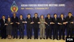 Para Menteri Luar Negeri Negara-Negara ASEAN di Bali. Dari kiri: Menlu Birma Wunna Maung Lwin, Utusan Menlu Filipina Erlinda Basilio, Menlu Singapura K. Shanmugam, Wakil Menlu Thailand Jullapong Nonsrichai, Menlu Vietnam Pham Binh Minh, Menlu Indonesia Ma