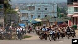 Hàng trăm tín đồ Phật giáo cưỡi xe máy, trang bị gậy gộc tuần tra trên đường phố ở thành phố Lashio, ngày 29/5/2013.