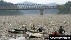 Sampah plastik terlihat menutupi permukaan Sungai Citarum, Jawa Barat, yang masuk dalam daftar 10 tempat paling tercemar di dunia tahun 2013 (Foto: dok)
