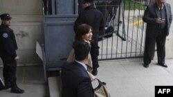 La expresidenta argentina y actual senadora Cristina Kirchner deja un tribunal federal en Buenos Aires, el 3 de septiembre de 2018, donde reapareció ante el juez anticorrupción Claudio Bonadio.