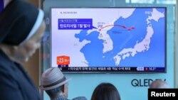 2017年5月14日,民眾在南韓首爾一座火車站的電視螢幕上觀看有關北韓導彈試射的新聞。