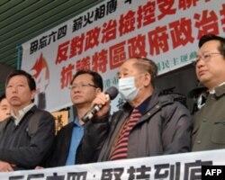 支联会主席司徒华在法庭外发表讲话