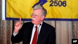 존 볼튼 백악관 국가안보보좌관이 17일 미 플로리다주 코럴 게이블에서 미 행정부의 새 정책에 대해 연설하고 있다.