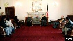 دیدار آقای کرزی با خانوداه های قربانیان حمله بر هوتل لبنانی در کابل