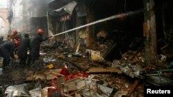 2013年9月29日消防队员在白沙瓦的炸弹袭击现场灭火