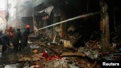 Nhân viên cứu hỏa Pakistan tại hiện trường sau vụ đánh bom tự sát ở Peshawar, ngày 29/9/2013.