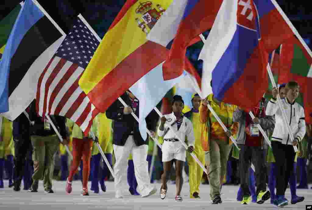 سیمونه بایلز ژیمناست آمریکایی پرچم این کشور را در مراسم اختتامیه المپیک بدست داشت.