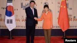中国国家主席习近平(左)与韩国总统朴槿惠在首尔青瓦台举行峰会前握手(2014年7月3日)