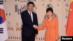 한국을 방문한 시진핑 중국 국가주석(왼족)이 박근혜 대통령과의 정상회담에 앞서 기념촬영을 하고 있다.