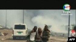 Cette capture vidéo obtenue par l'AFPTV auprès de TVGE le 7 mars 2021 montre un homme blessé assisté par des militaires à Bata, en Guinée équatoriale.