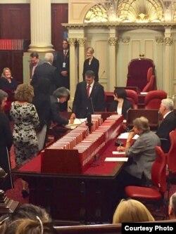 Ông Kiều Tiến Dũng ký sổ Thượng viện sau lễ tuyên thệ nhậm chức TNS tiểu bang Victoria, Úc