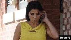Jill Kelly sale de su residencia el lunes 12 de noviembre en Tampa, Florida. El domingo habría hecho 5 llamadas al 911pidiendo protección diplomática.