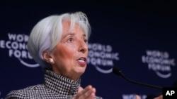 ຜູ້ອຳນວຍການຄວບຄຸມ ອົງການກອງທຶນສາກົນ ຫຼື IMF ທ່ານນາງ ຄຣິສຕີນ ລາກາດ (Christine Lagarde) ກ່າວຕໍ່ບັນດານັກຂ່າວ ຢູ່ທີ່ ກອງປະຊຸມເສດຖະກິດໂລກ (World Economic Forum) ໃນນະຄອນ ດາໂວສ ຂອງສະວິດເຊີແລນ, ວັນທີ 21 ມັງກອນ 2019.