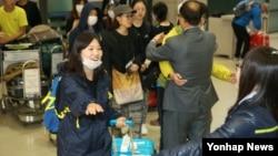 네팔에서 지진으로 발이 묶였던 한국인들이 한국 정부가 파견한 특별기편으로 30일 인천국제공항을 통해 귀국하고 있다.