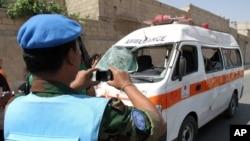 Posmatrač UN fotografiše kola hitne pomoći uništena posle eksplozije bombe blizu hrama u predgradju Damaska, 14. juna 2012.