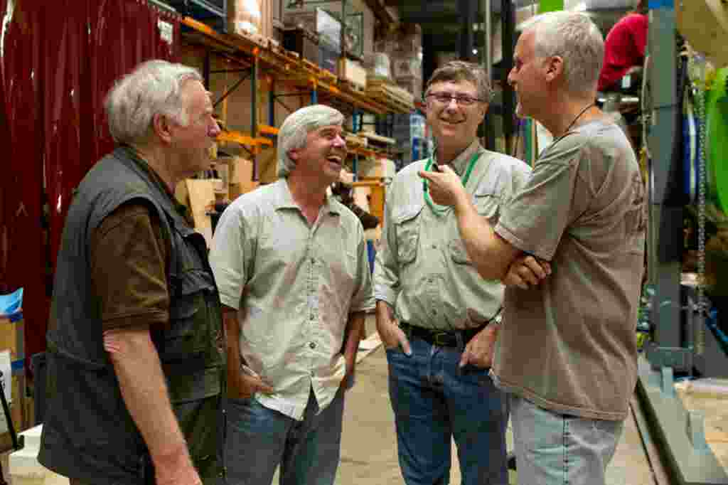 James Cameron y su predecsor, Don Walsh, hablan con el director de cine y explorador Mike deGruy y Andrew Wight, quienes fallecieron en febrero en un accidente de helicóptero. El Deepsea Challenger honra la memoria de deGruy y Wight.
