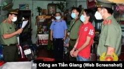 """Công an tỉnh Tiền Giang tới nhà khám xét và bắt giam ông Trần Hoàng Huấn (thứ 2 từ phải) với cáo buộc """"tuyên truyền chống nhà nước"""" vì những đăng tải của ông trên mạng xã hội."""