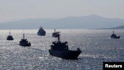 Kapal-kapal Angkatan Laut Turki berlatih melakukan pendaratan dalam latihan militer Blue Homelan di kota pesisir Foca, di Teluk Izmir, Turki, 5 Maret 2019. (Foto: Reuters)