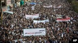 지난 10일 예멘 사나에서 후티 반군이 사우디 정부군이 주도하는 연합군의 공습에 항의하고 있다.