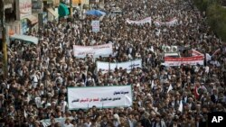Shiite rebels, known as Houthis, gather during a protest against Saudi-led airstrikes in Sanaa, Yemen, Friday, April 10, 2015. (AP Photo/Hani Mohammed)