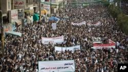 ក្រុមឧទ្ទាម Shiite ឬត្រូវបានគេស្គាល់ថា Houthis ប្រមូលផ្តុំគ្នាកំឡុងការតវ៉ាប្រឆាំងការវាយប្រហារតាមអាកាសដែលដឹកនាំដោយអារ៉ាប៊ីសាអូឌីតក្នុងក្រុងសាណា (Sanna) ប្រទេសយេម៉ែន កាលពីថ្ងៃសុក្រ ទី១០ ខែមេសា ឆ្នាំ២០១៥។