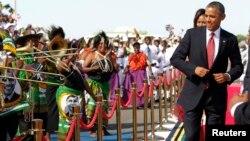 El presidente Barack Obama baila al rimo de la música en su recibimiento en Tanzania, el último país a visitar en su gira por África.