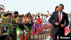 Presiden AS Barack Obama melakukan dansa saat tiba di bandara Julius Nyerere di Dar es Salaam, Tanzania (1/7).