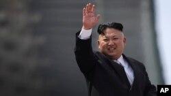지난 15일 북한 태양절에 평양 김일성광장에서 열린 대규모 열병식에서 김정은 국무위원장이 군중을 향해 손을 흔들고 있다.