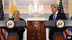 El secretario de Estado, John Kerry, escucha al presidente uruguayo José Mujica, en el Departamento de Estado.