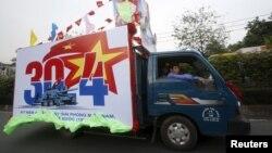 Xe tải dán áp phích quảng bá kỷ niệm ngày 30/4 trên đường phố ở Tp HCM.