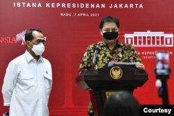 Menko Perekonomian Airlangga Hartarto dan Menhub Budi Karya Sumadi memberikan keterangan pers usai Sidang Kabinet Paripurna, di Kantor Presiden, Jakarta, 07 April 2021 sore. (Foto: Humas Setkab/Rahmat)