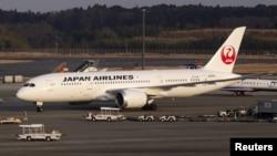 成田新東京國際機場上停靠的一架日航(JAL) 波音787客機。(資料照)
