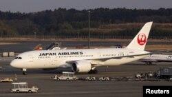 成田新东京国际机场上停靠的一架日航(JAL) 波音787客机。(资料照)