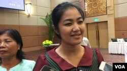 """Mithona Phuthorng, the newly elected Koh Kong governor, talks to reporters at a workshop called """"Strategy and Action Plan: To Increase the Number of Women in Management Positions"""" in Phnom Penh, Cambodia, July 12, 2017. (Kann Vicheika/VOA Khmer)"""