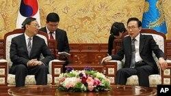 2일 청와대를 방문한 양제츠 중국 외교부장(왼쪽)을 이명박 한국 대통령이 접견하고 있다