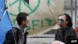Demonstranti maskirani u zombije sede ispred Katedrale Svetog Pavla u Londonu, 31. oktobra 2011.