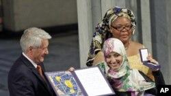Tawakkol Karman (tengah), perempuan Yaman pertama yang memenangkan Hadiah Nobel untuk Perdamaian. (Foto: AP)