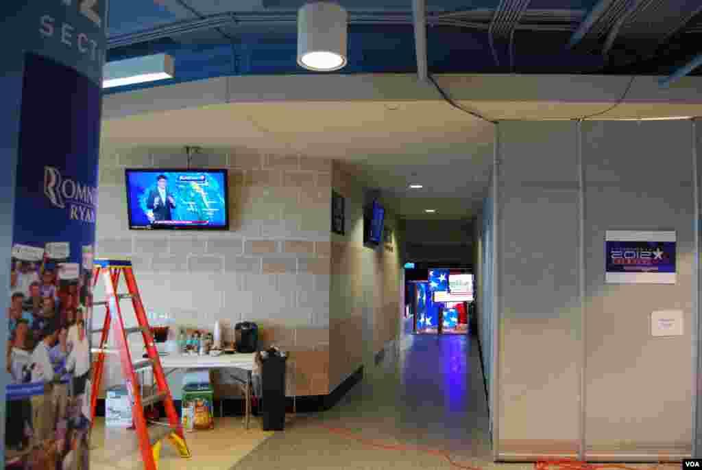 Tất cả truyền hình bên trong Tampa Bay Times Forum, nơi tổ chức Đại hội, đều mở kênh dự báo thời tiết. J. Featherly/VOA