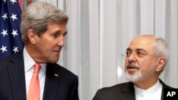 지난 3월 이란 핵 협상을 위해 스위스 로잔을 방문한 존 케리 미국 국무장관(왼쪽)이 무함마드 자바드 자리프 이란 외무장관의 말을 듣고 있다. (자료사진)