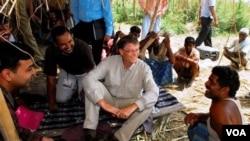Pendiri Microsoft Bill Gates dalam sebuah kunjungan atas nama Yayasan Bill dan Melinda Gates ke sebuah daerah miskin di India.